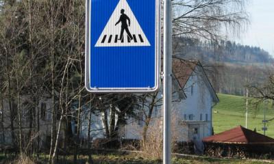 Fussgängerstreifen links laufend, Verkehrsschilder