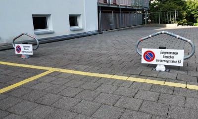Parkplatzsperre mit Schild